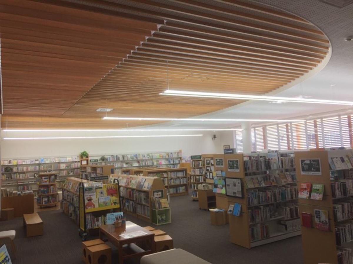 横手市平鹿町の「平鹿図書館」の様子
