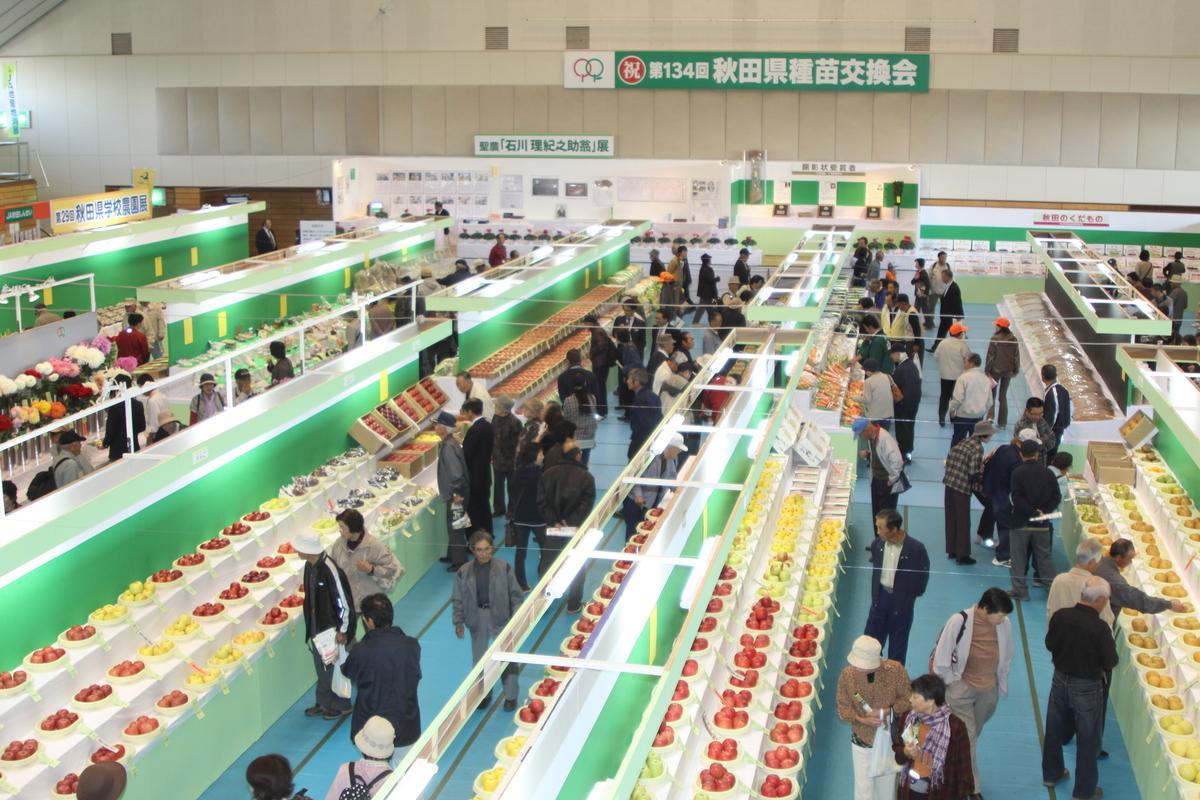 横手市で開かれた第134回秋田県種苗交換会展示ブースの様子