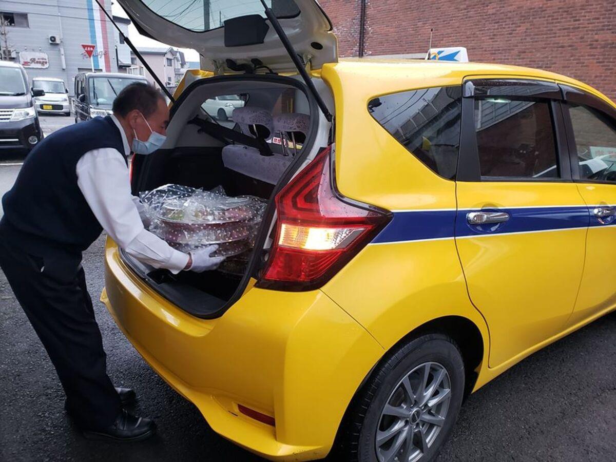 横手市のタクシー会社が行う「デリバリータクシー」の様子