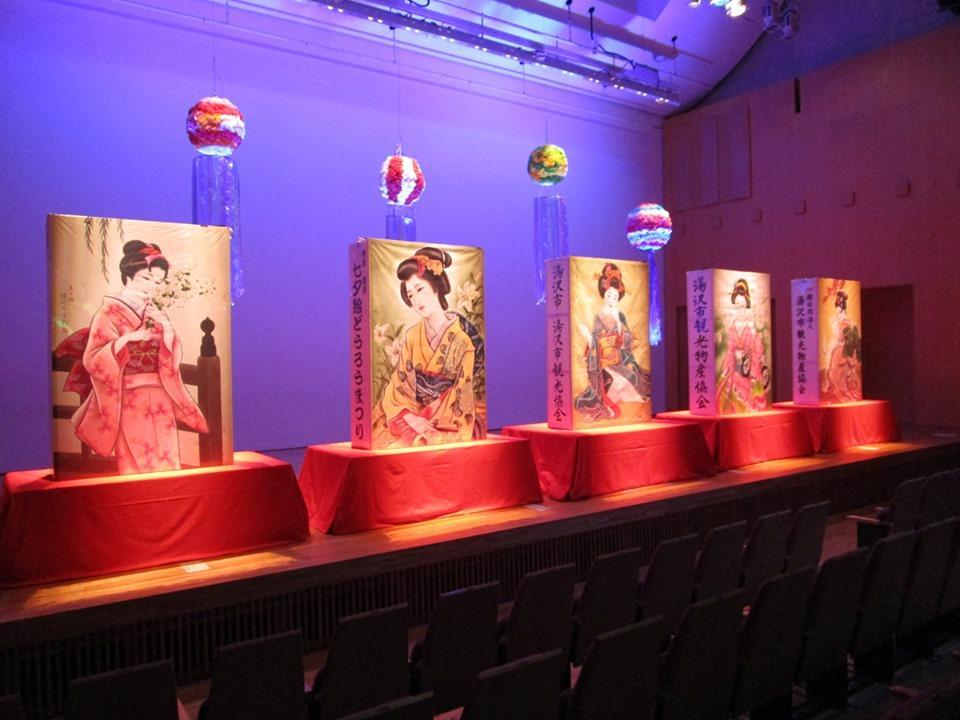湯沢で開かれている「絵どうろう」展示会のライトアップの様子
