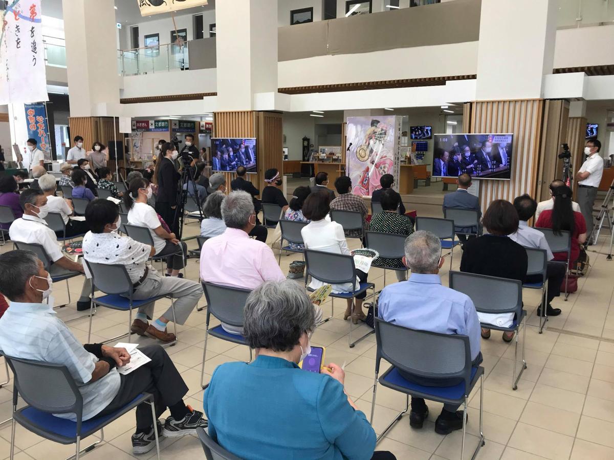 湯沢市役所で開かれた臨時国会パブリックビューイングの様子