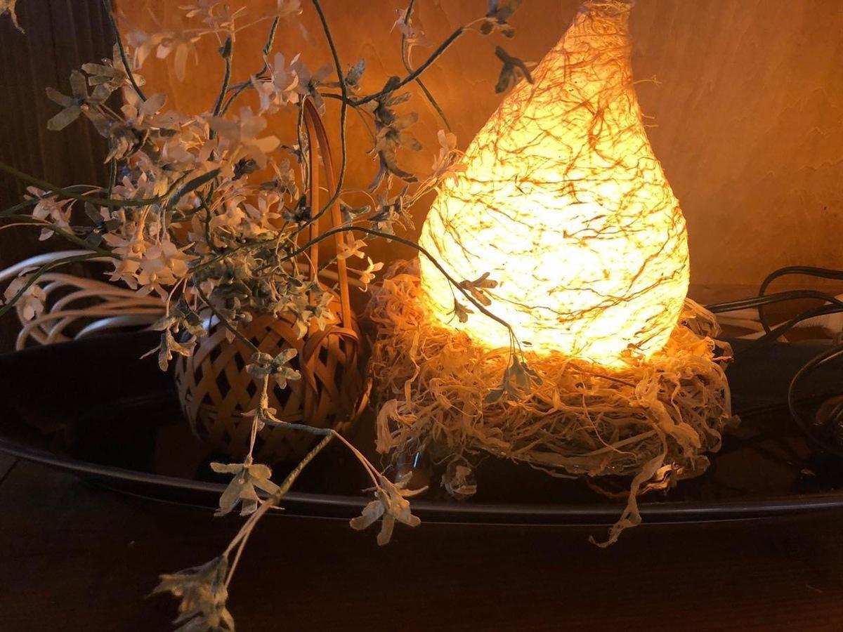 横手市の伝統文化や伝統工芸などを広める活動に取り組む団体「観光エキスパート」が製作した十文字和紙を使ったランプシェード
