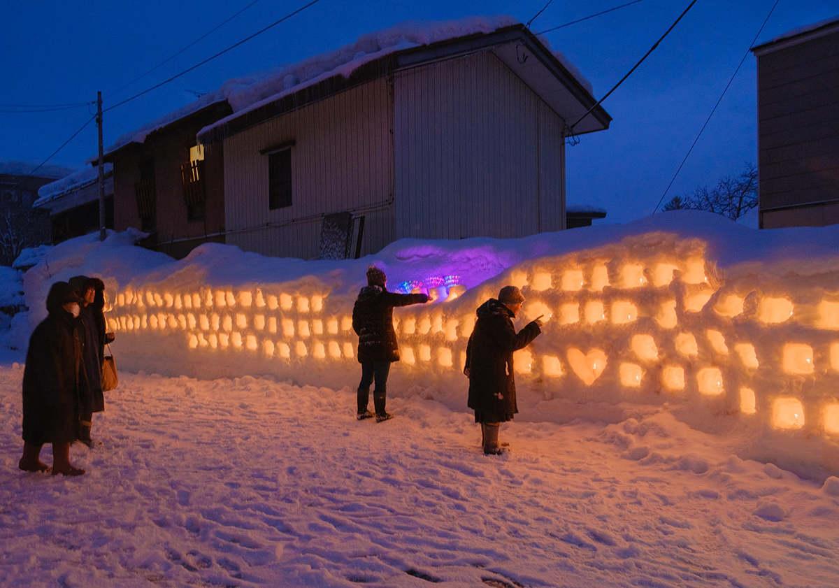 小泉写真館前の朝市通りに作られた雪のオブジェ
