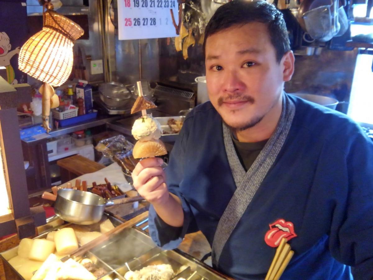当日出品するおでん串を試作中の「あっかんべー」神戸店長。「店は会場の目の前。帰りに立ち寄っていただければ」
