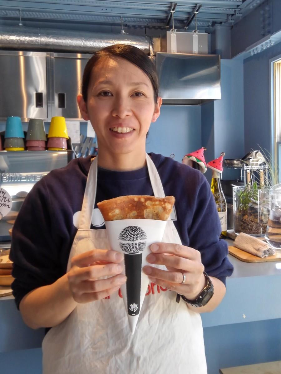 料理人の堀出美沙さん。生地もクリームも自家製クレープは6種類、包装紙のマイクのデザインは夫・隼さんのオリジナル