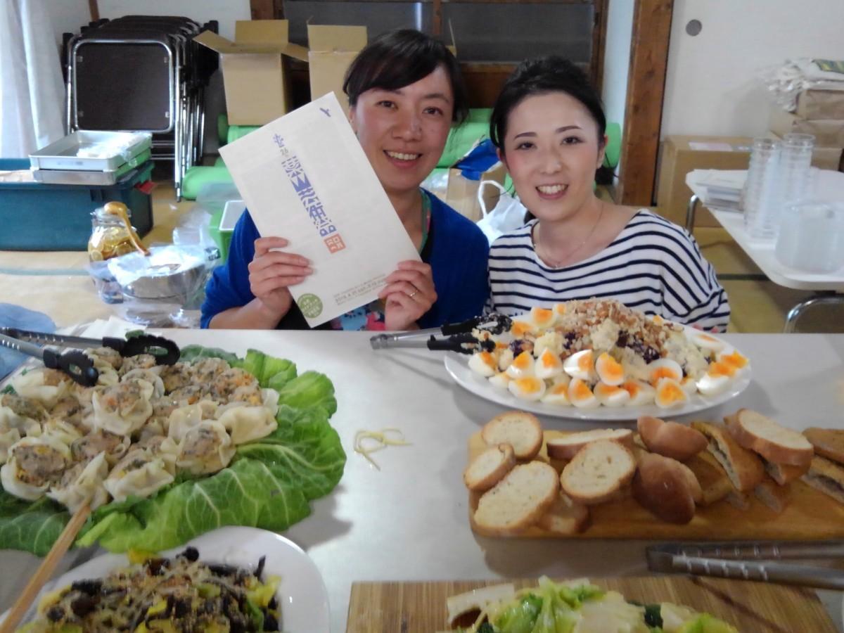 完成したガイドブックを手にした初参加「YavaS農園」の鈴木邦江さんと白井由紀子さん。作戦会議でフードを担当