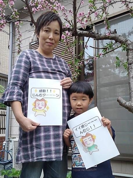 LINEスタンプを制作した川戸笑子さんと次女の友美さん