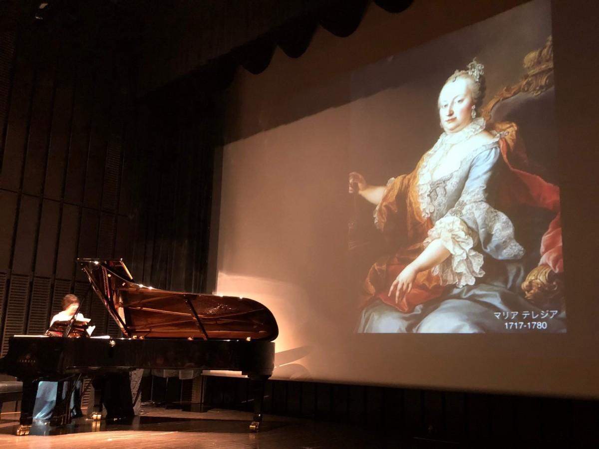 以前、飛松さんが開催した同会場での演奏の様子。今回も同様にスライドを使って解説する