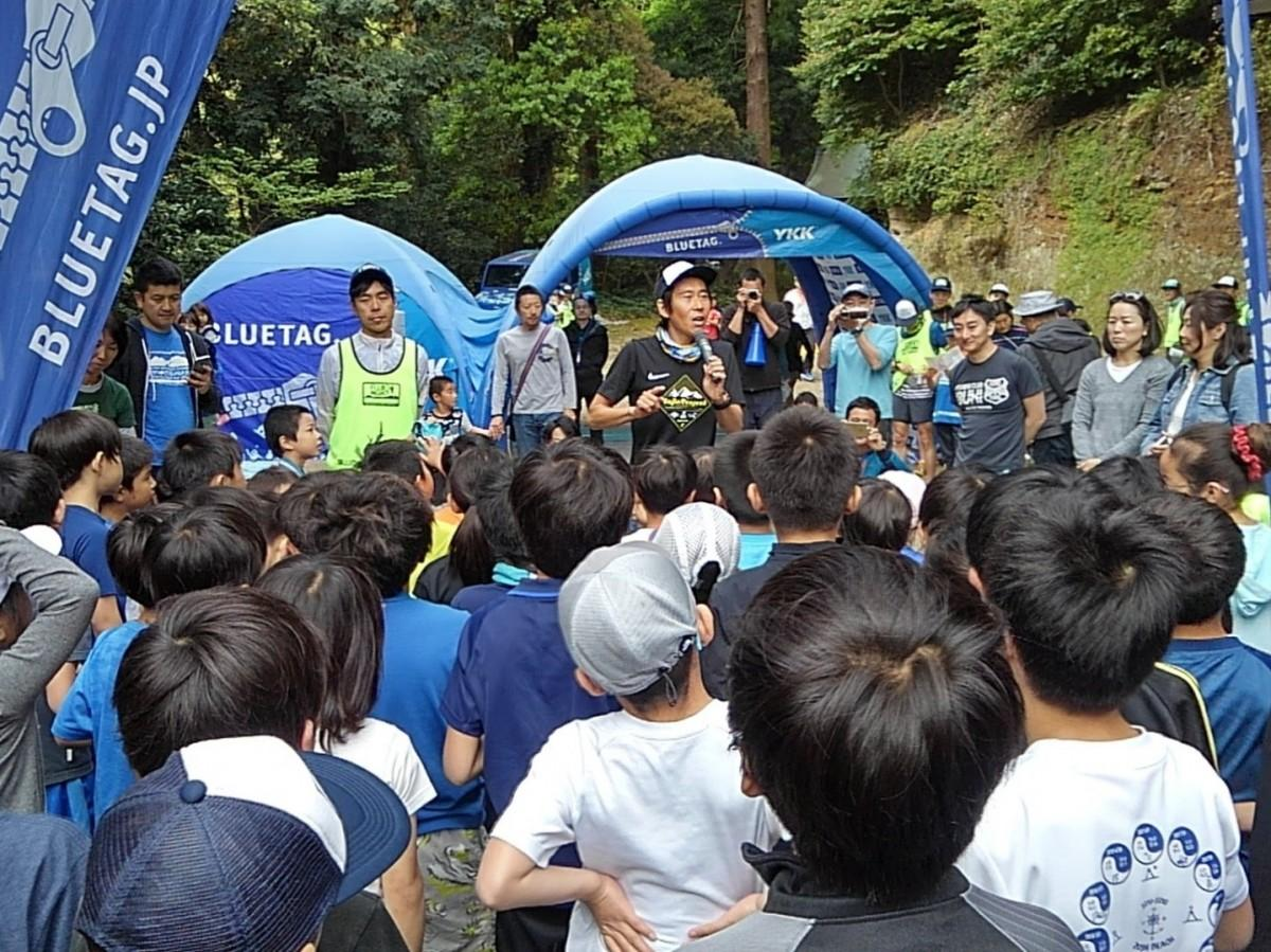 レース前、大会ルールとマナーを子どもたちに説明する主催者の宮地藤雄さん