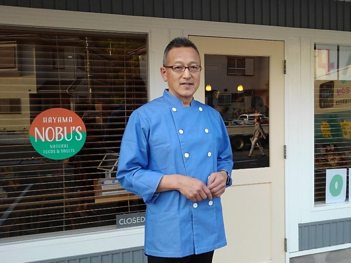 HAYAMA NOBU'Sの店舗前でオーナーシェフの丸伸彰さん