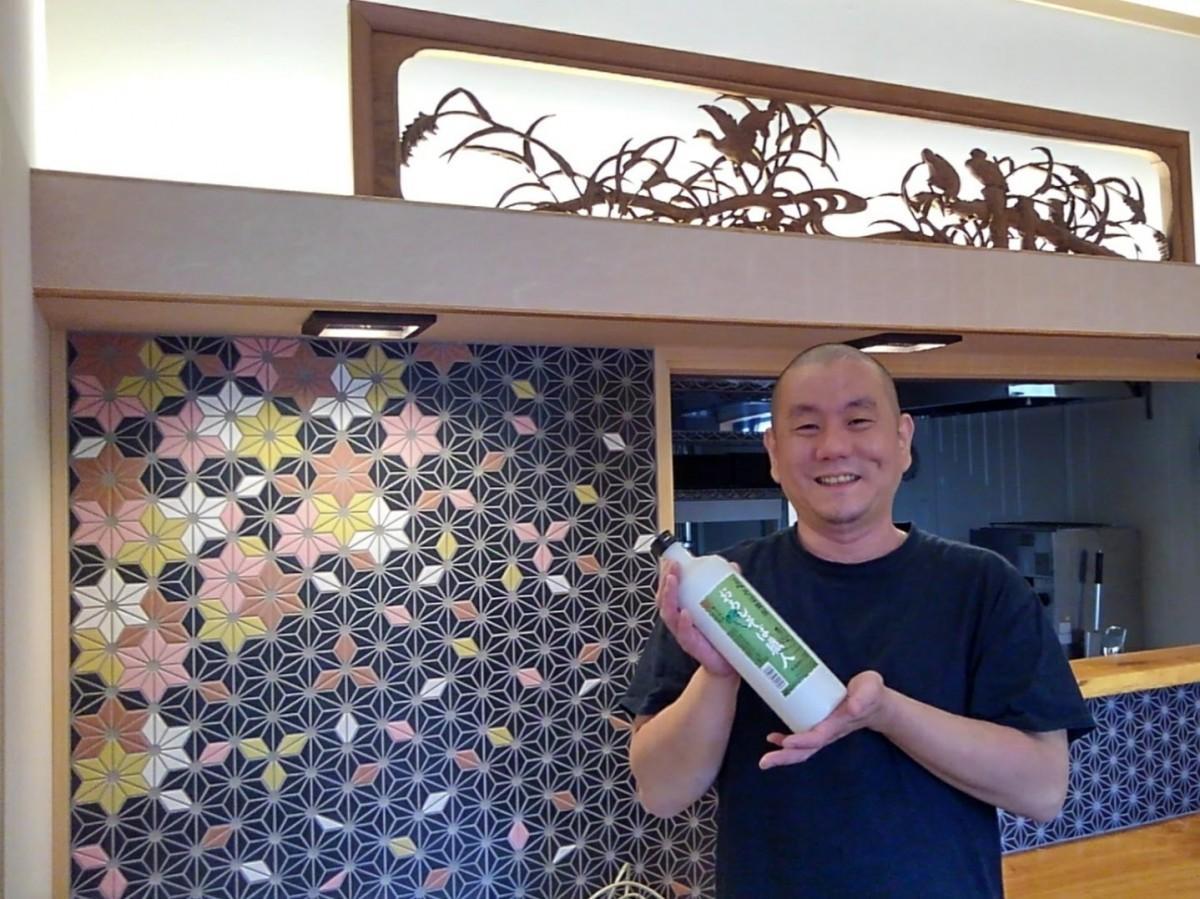 店長の森本雅之さん。カウンター席の上にかかる欄間は祖父母が経営していた旅館から受け継いだ物