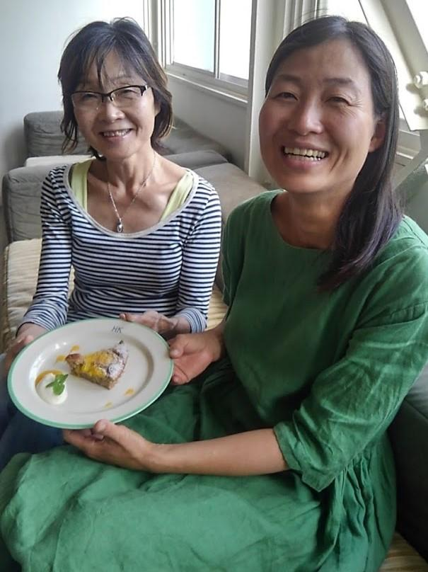 (左から)夏ミカン収穫の縁を結んだ高田明子さんとケーキを作った関のりこさん