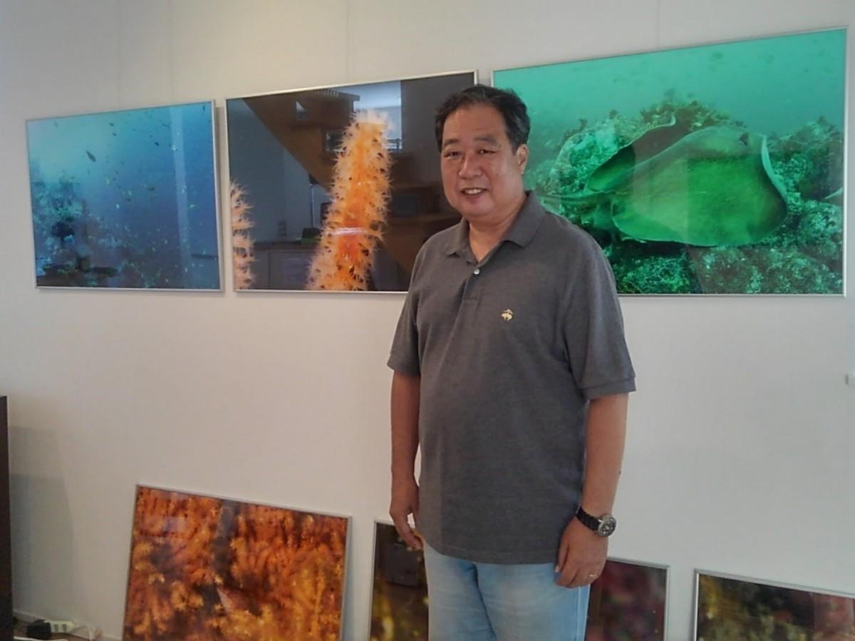 長島さんのギャラリー「海と森のギャラリー」にて、展示会用の写真を準備中