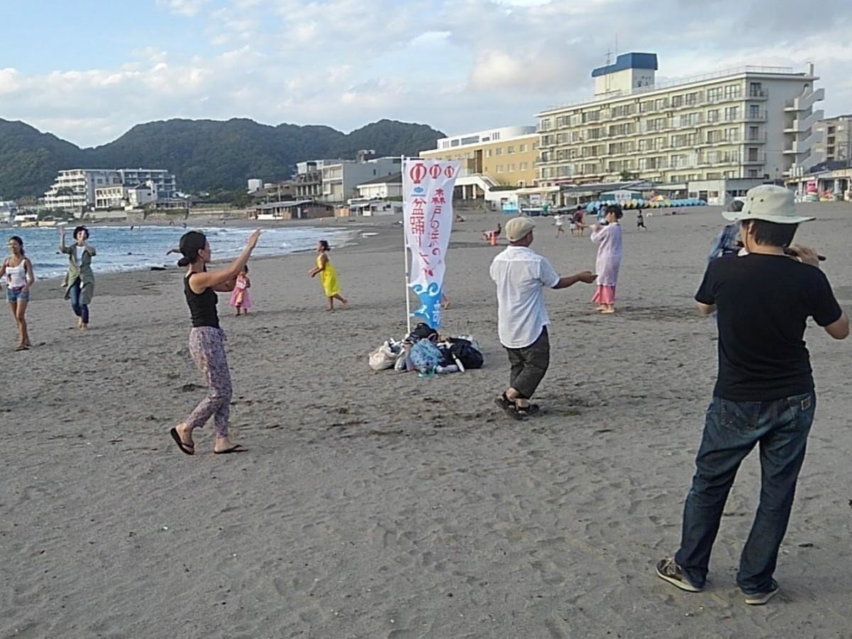 「葉山盆楽団」の篠笛に合わせて、踊り子担当や盆踊り好きが集まった練習の様子