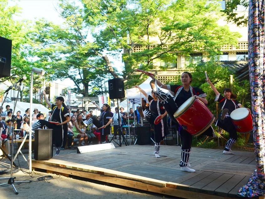 昨年のステージの様子。鎌倉女子大学沖縄舞踊愛好会のエイサー