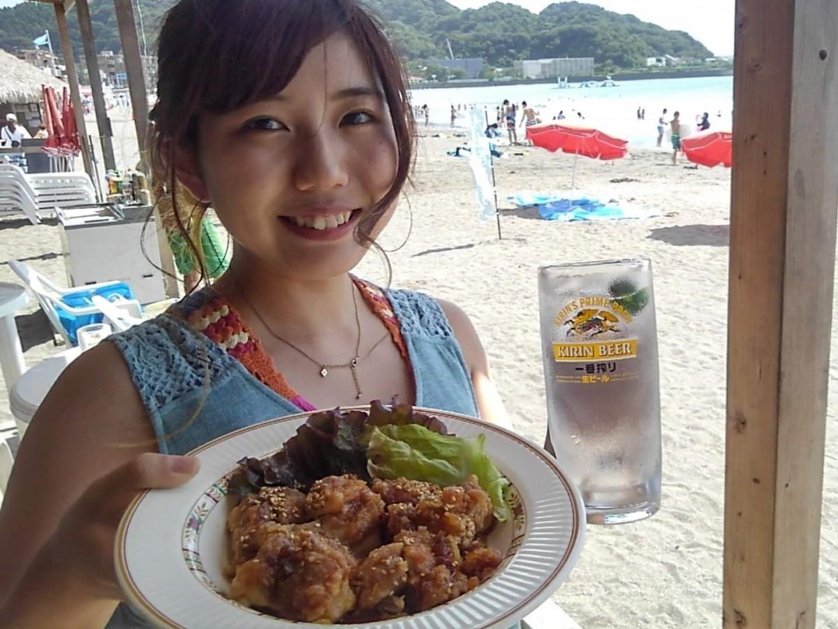 海の家「浪子亭」のうみ呑み用メニュー、プレミアムチキンと琉球ハイボール