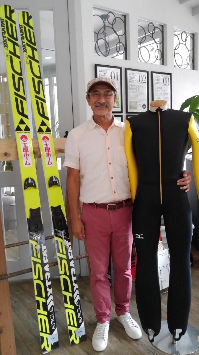 葛西選手に講演依頼をした平田全利さんと、講演会前に届いた葛西選手のスキー板とウエア