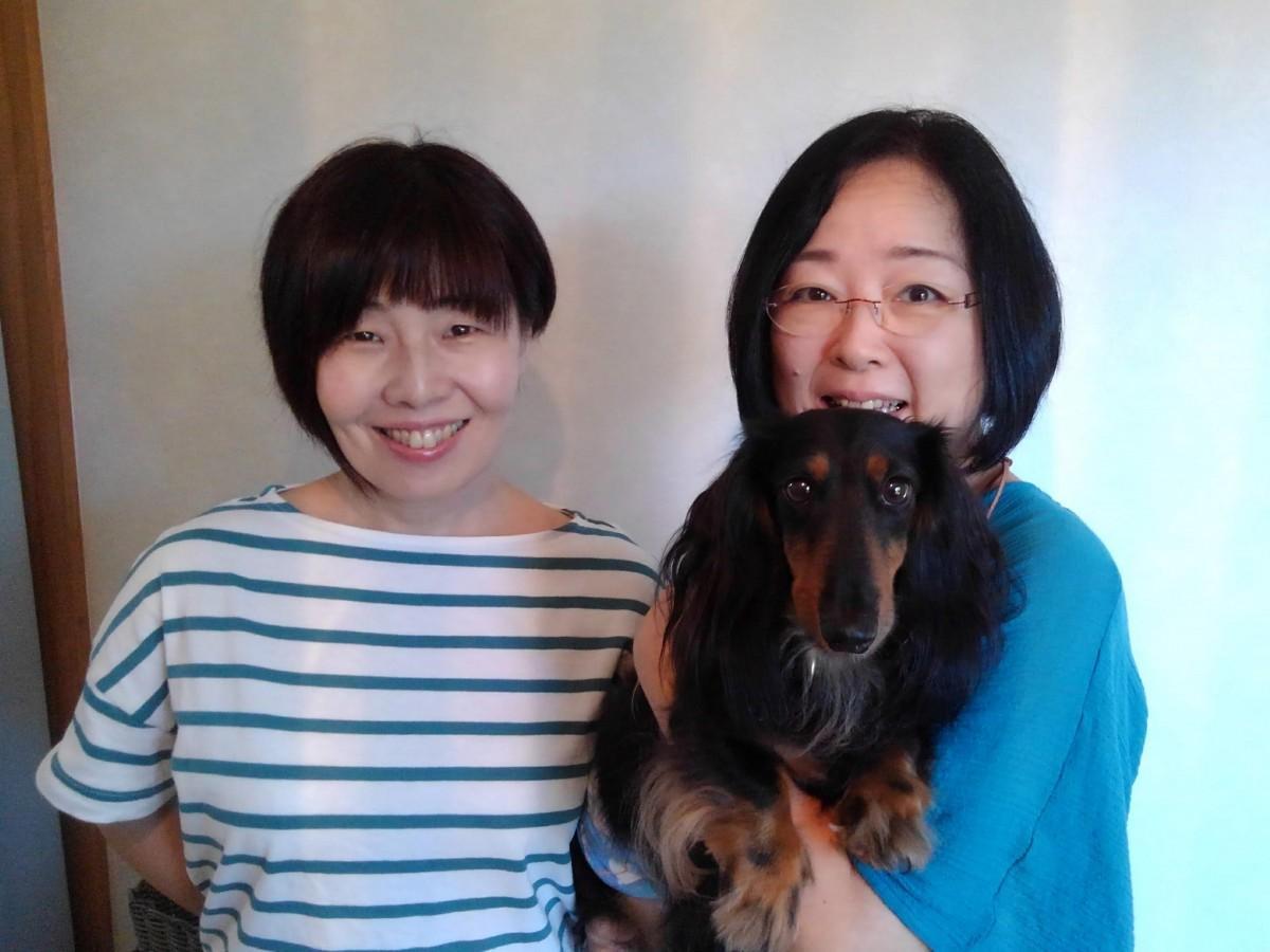 犬の介護士、寺井聖恵さん、猪野麻未子さんと飼い犬のルート
