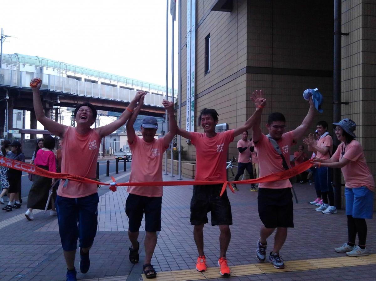2日前、スタートした逗子市役所前に戻ってゴールイン。(左から3番目)実行委員長の玉井秀直さん
