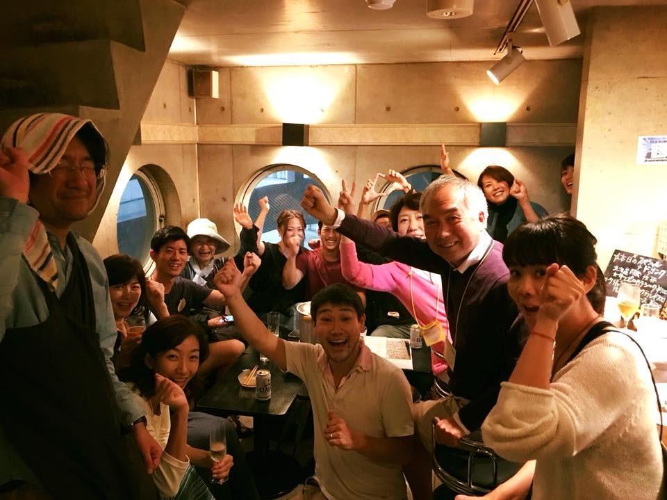 (前列中央)運営管理をしている団体「空家レンジャー」代表の加藤太一さん。「北海道チャリティバー」開催で集まった客と