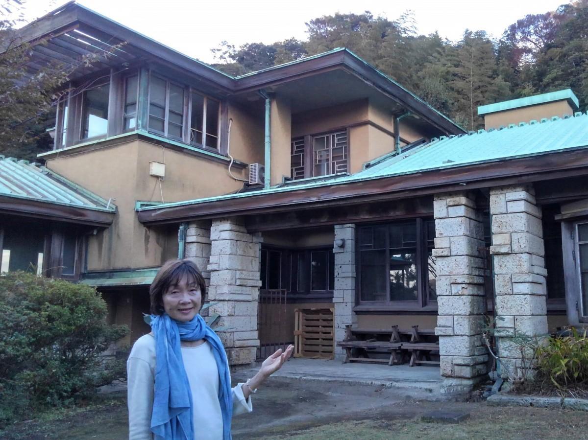 葉山環境文化デザイン集団の代表、高田明子さん、加地邸の庭で