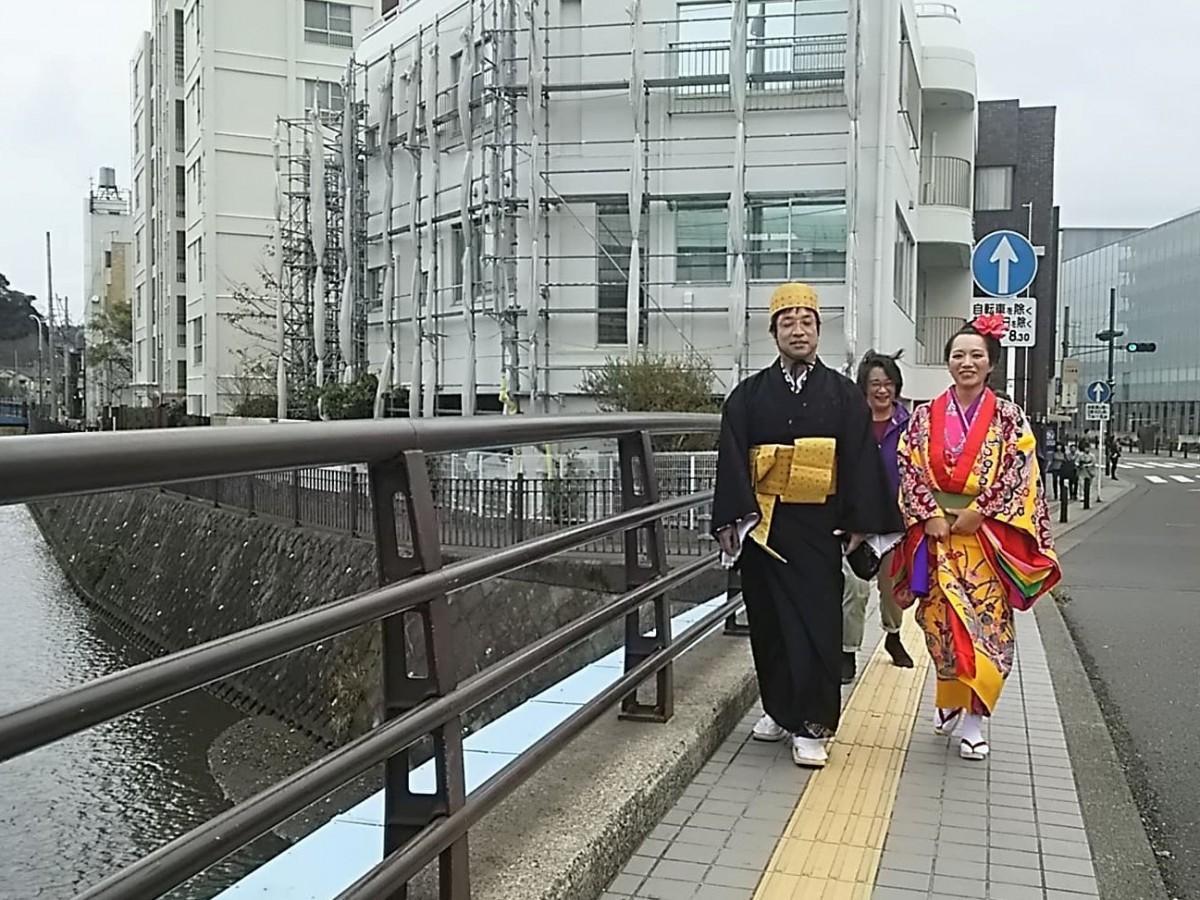 着付けを終えて、沖縄料理店から歩いて、亀岡八幡宮へ向かう長坂修さんと光沙子さん