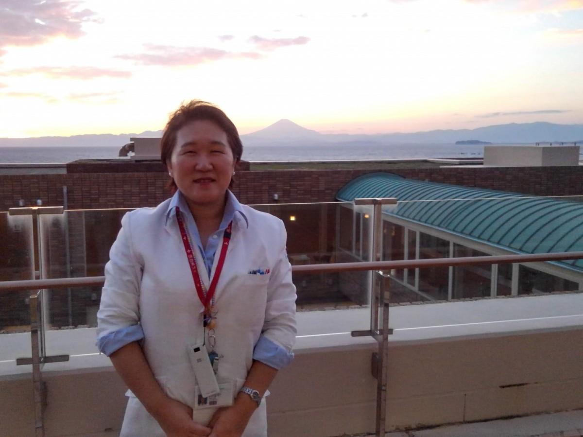 院長の田中江里さん。同院は相模湾に面し、病室からは富士山も。院長もこの景色に心が和むと言う