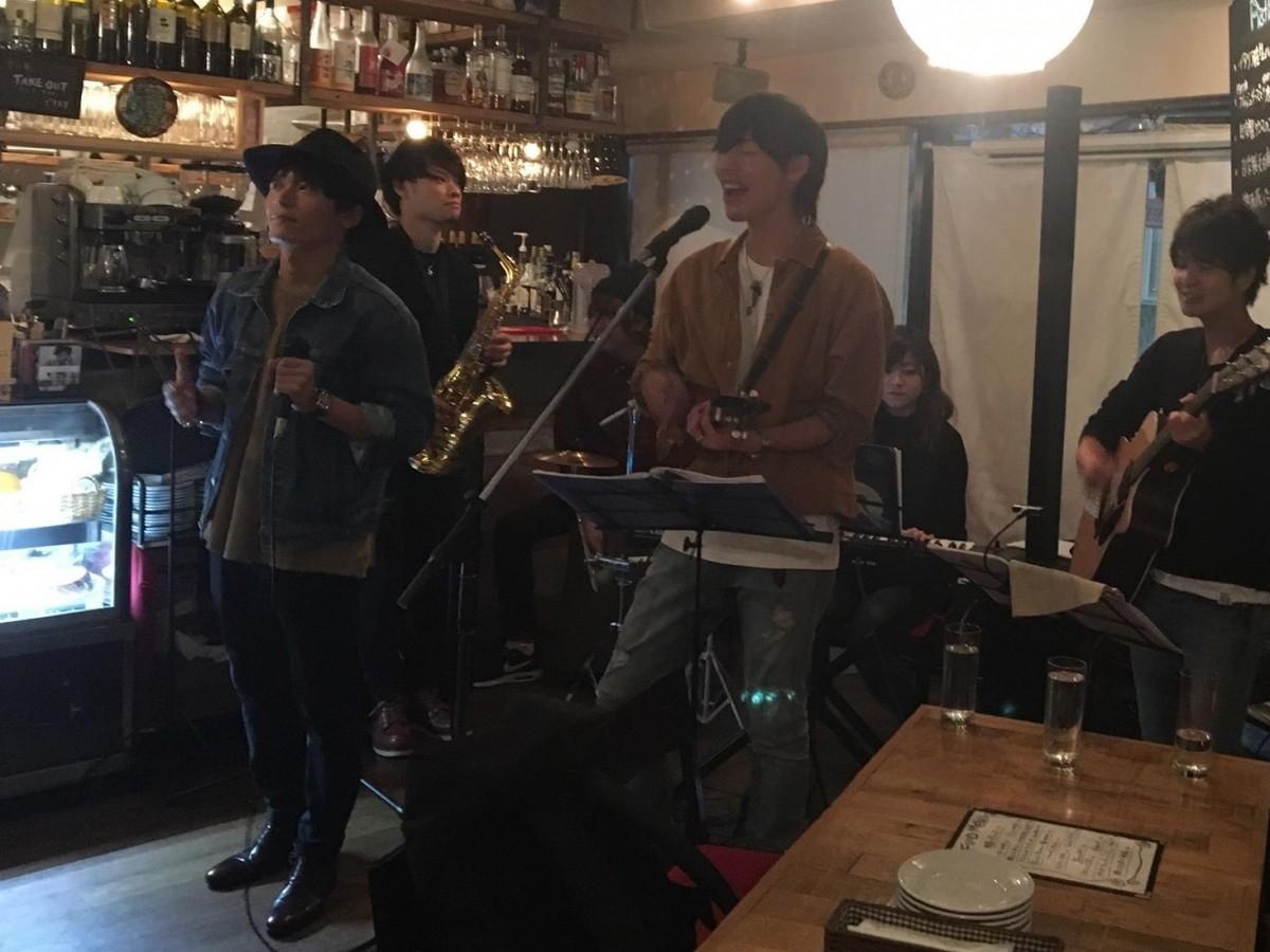 (左から)地元ライブで新曲「愛絵」を披露するMASAさん、NAOYUKIさん(提供=NiM2)