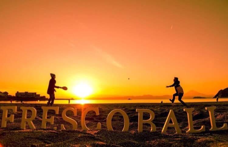 逗子海岸でフレスコボールを練習する斉藤選手のこだわりの一つはこの夕景(提供=斉藤亮太さん)