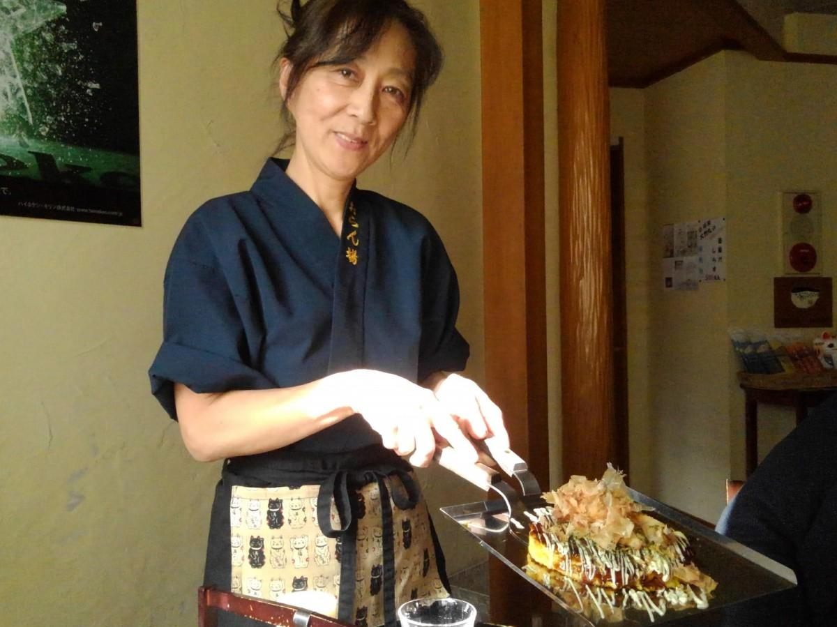 年間PV1位となったお好み焼き「おらん場」の店長の佐野希恵さん。本場大阪のお母さん仕込みのお好み焼きをこだわりを持って焼く