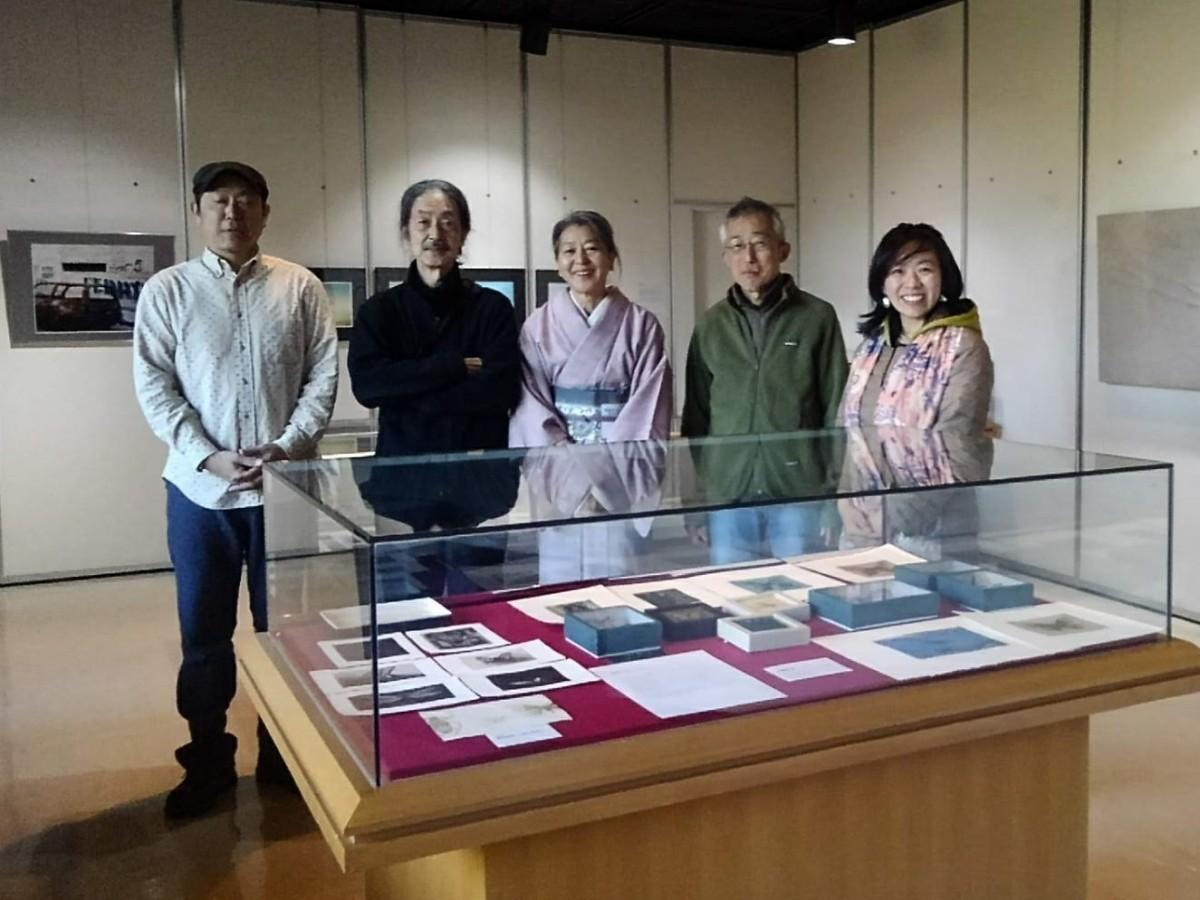 (左から)フォトグラファーのミヤジシンゴさん、写真家の佐藤正治さん、手拭い作家の菅原恵利子さん、銅版画家の安藤真司さん、金工家の松下紀美子さん