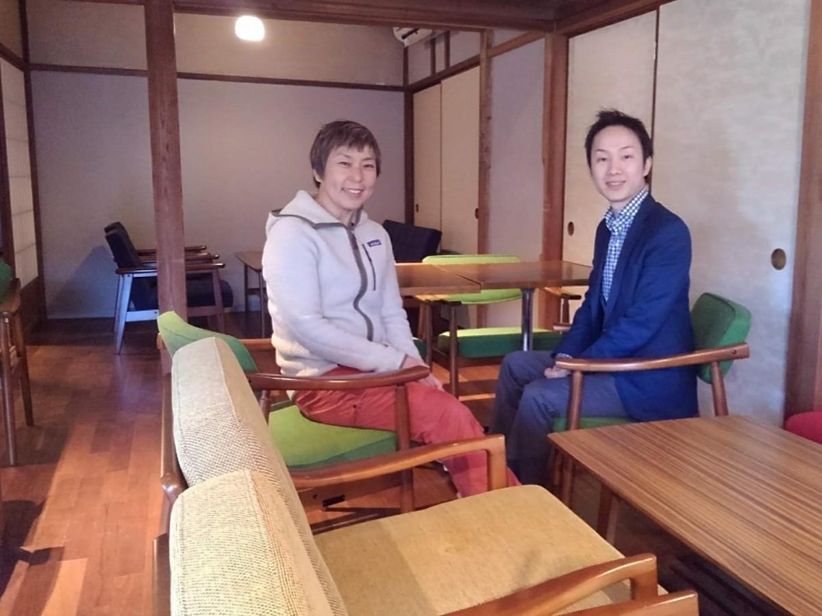 会場となる建物の客間で、(左から)葉山芸術祭実行委員の長谷川直子さんと「SEE THE SUN」の高橋慎吾さん