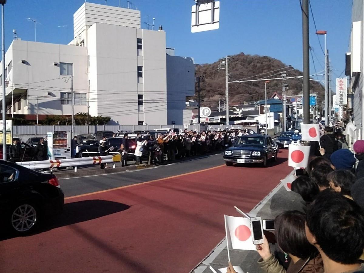 御用邸に続く沿道で、鈴なりになって小旗を振り、カメラを向ける町民ら