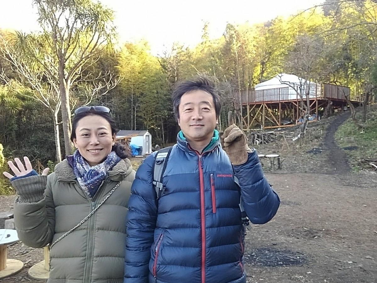 (左から)TAKIBIギャザリングを主催する星山プロジェクトのむろき優里さんとTIDE POOLの今村直樹さん。後方に建つのはモンゴルゲル