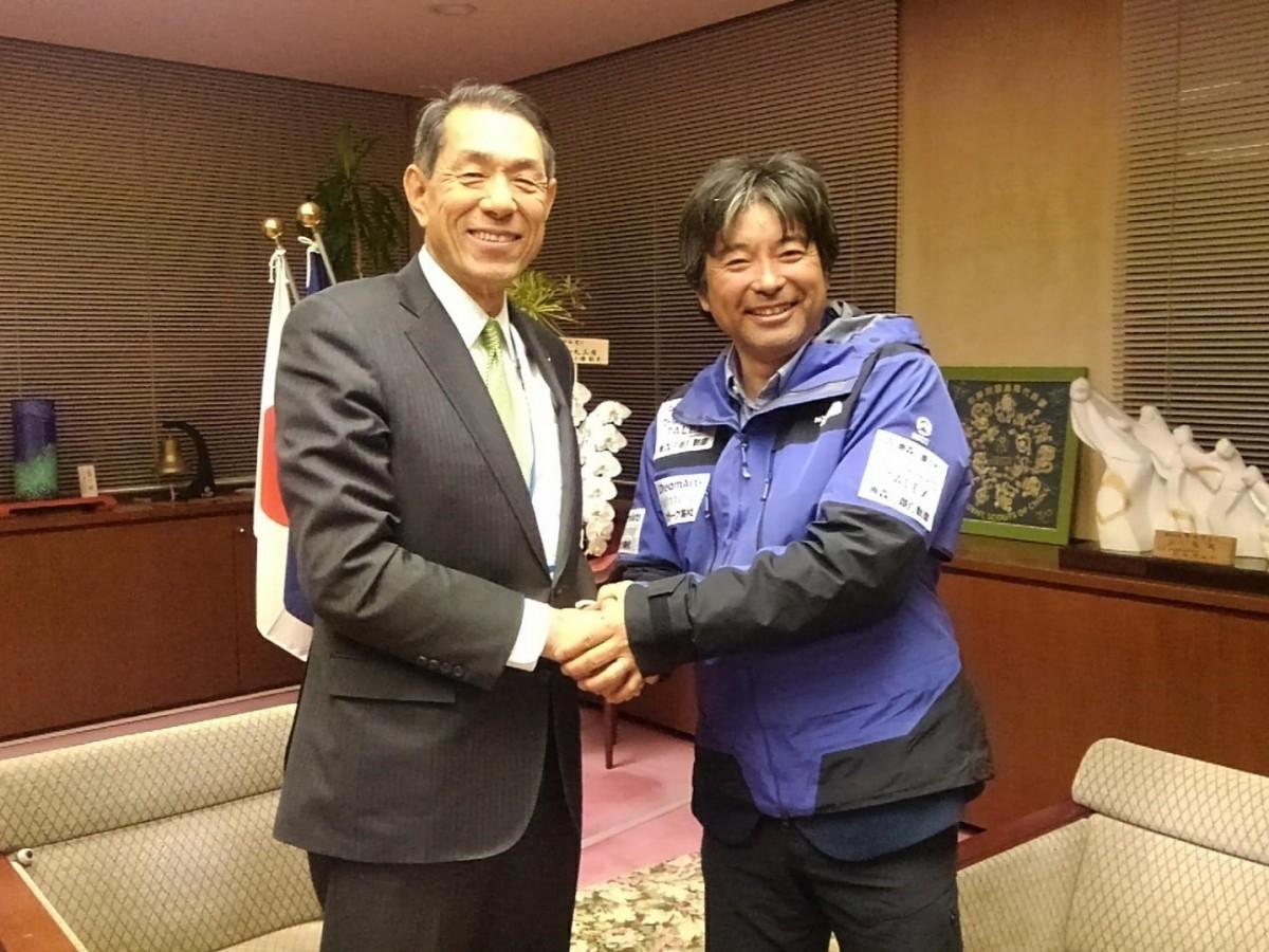 (左から)握手を交わす桐ケ谷覚・逗子市長と三浦豪太さん