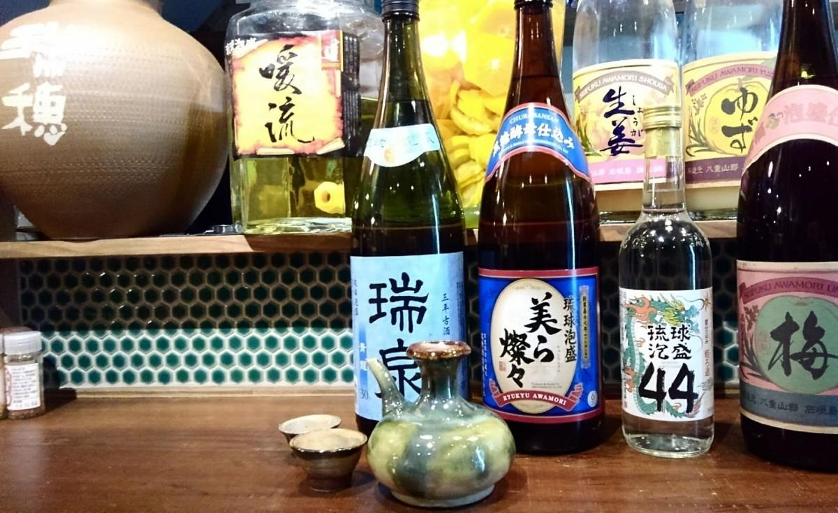 泡盛などアルコールのメニューを強化。手前は琉球文化の陶製酒器カラカラ