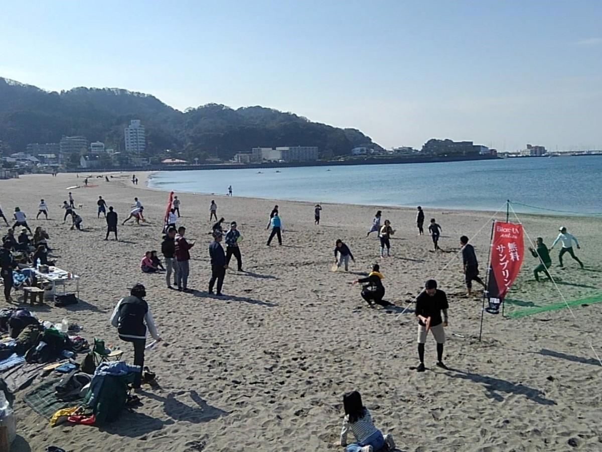逗子海岸で行われた地域大会「第3回Saka-chan CUP」で試合前練習の様子