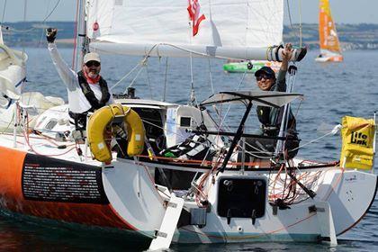 出場資格を獲得するため本番と同じヨットでフランスのレースに参加する鈴木晶友さん(右)(提供=鈴木晶友さん)