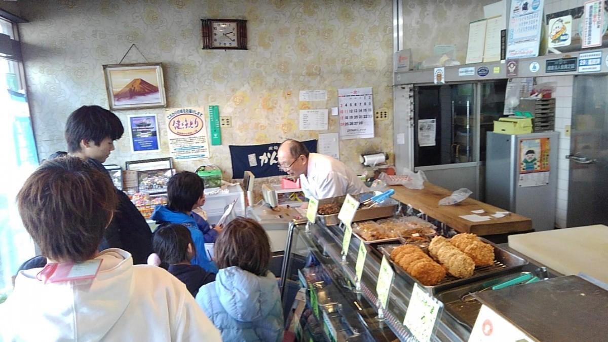 杉山牛肉店を取材する小学生