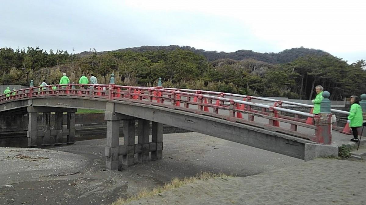 1968(昭和43)年3月に改修してコンクリート橋になった「臨御橋(りんぎょばし)」(通称赤橋)の向こうには御用邸