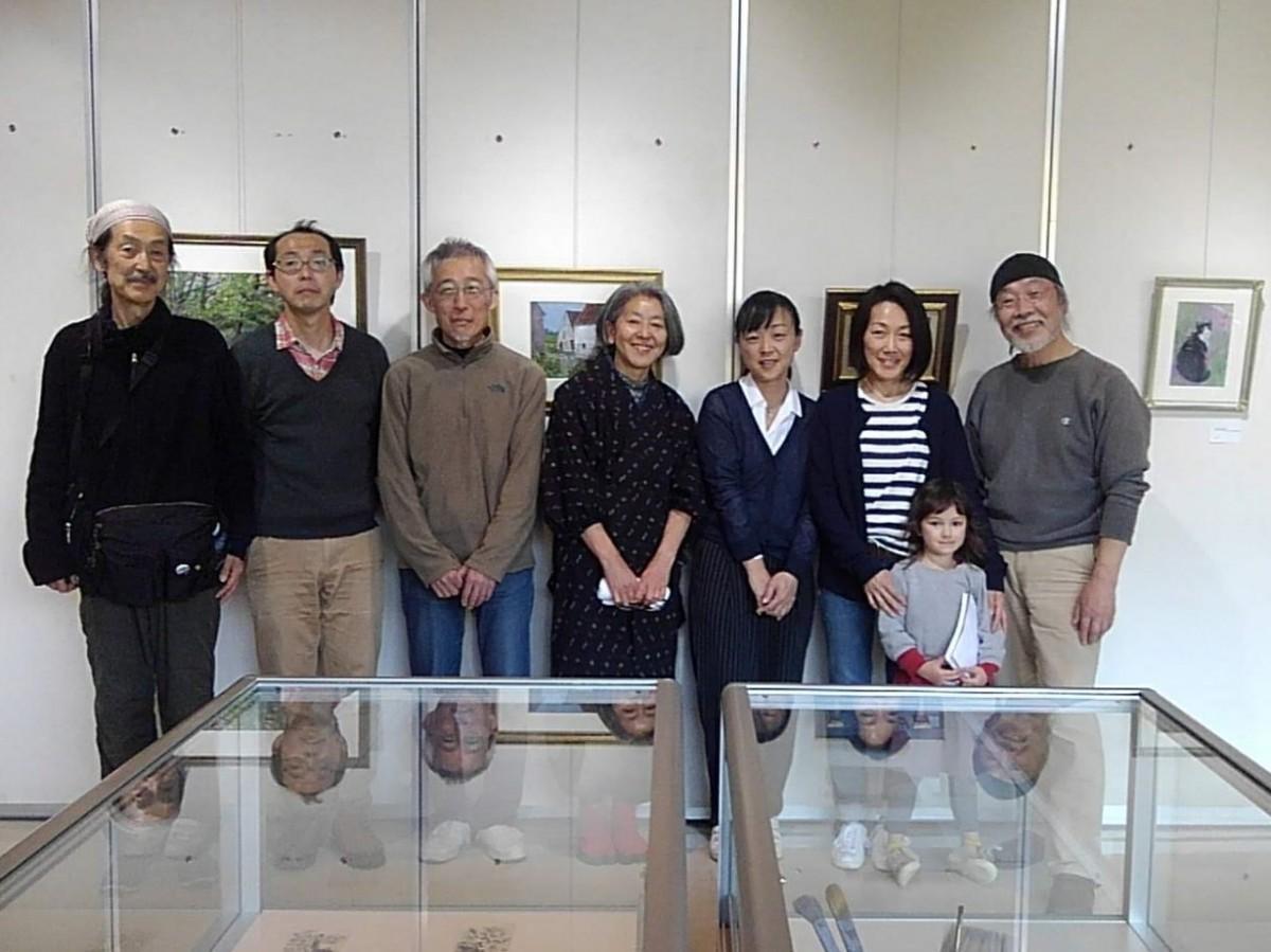 永井さんの3女・佳恵さん(左から5人目)、次女・魅恵さん(同6人目)。「ISSHIKI BEACH ART」のメンバーと