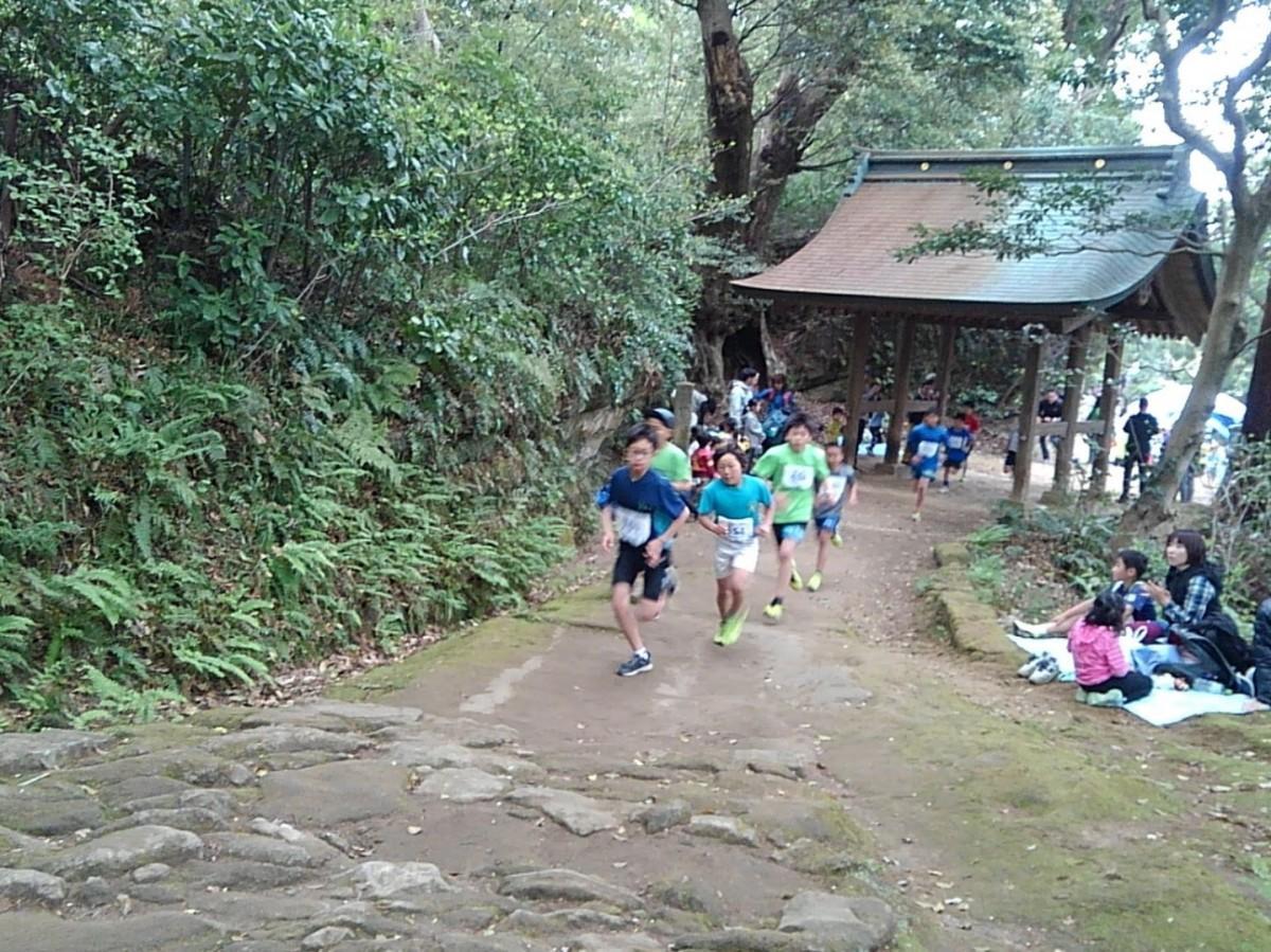 参道を走る抜ける小学生たち
