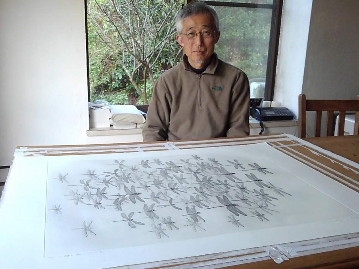 ガイドブックの表紙になった原画と安藤真司さん