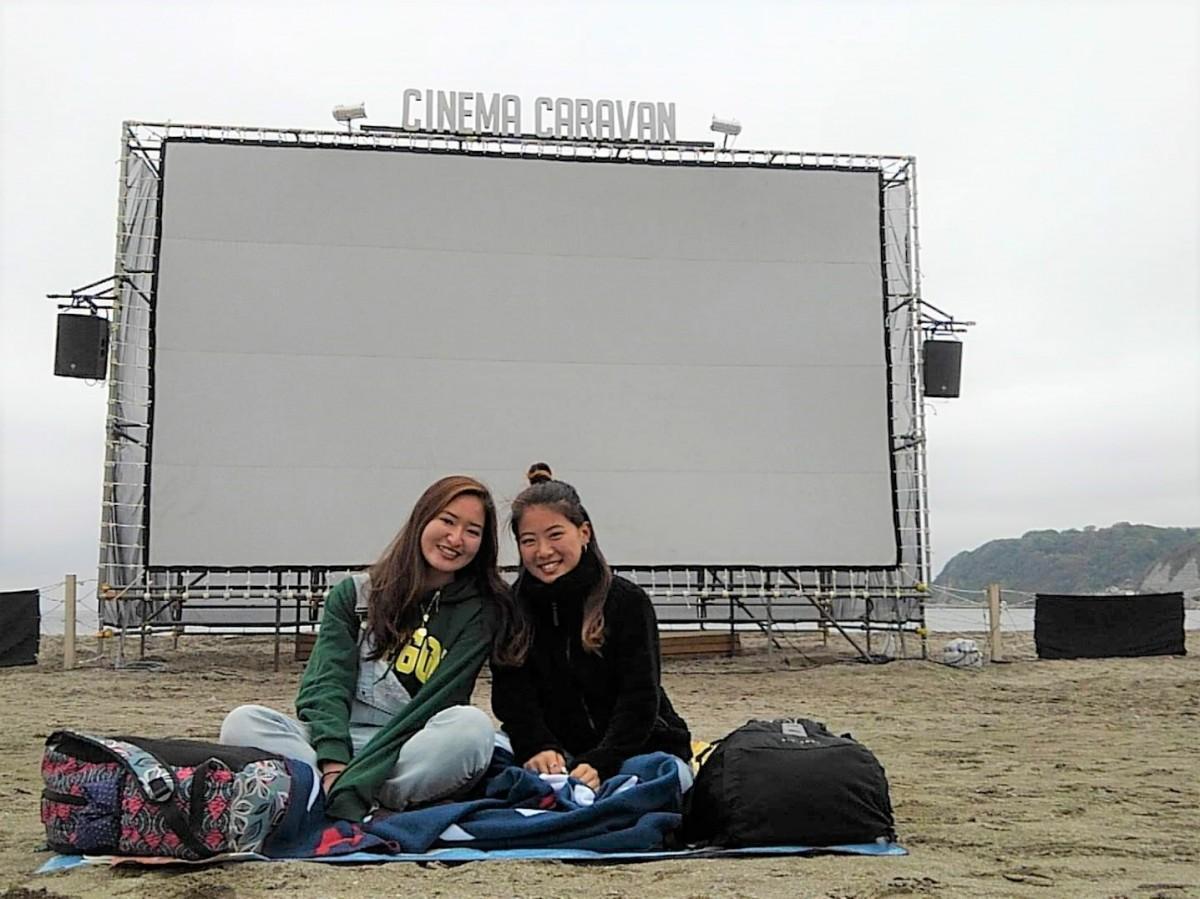 初日、開場とともにスクリーンの前に席を取る女子大学生