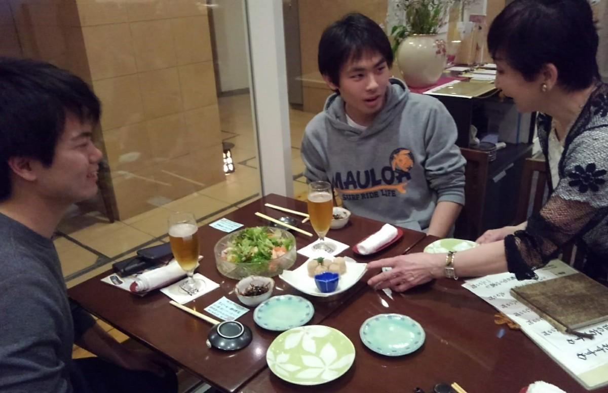 寿司・和食の店「逗子物語」の金沢喜世さんに取材する関東学院大学の学生
