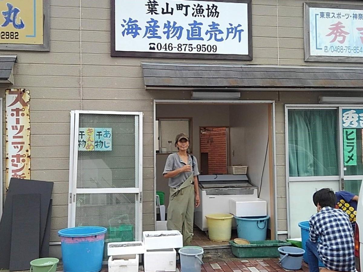 責任者、畠山晶さん。オープンしたばかりの直売所の前で