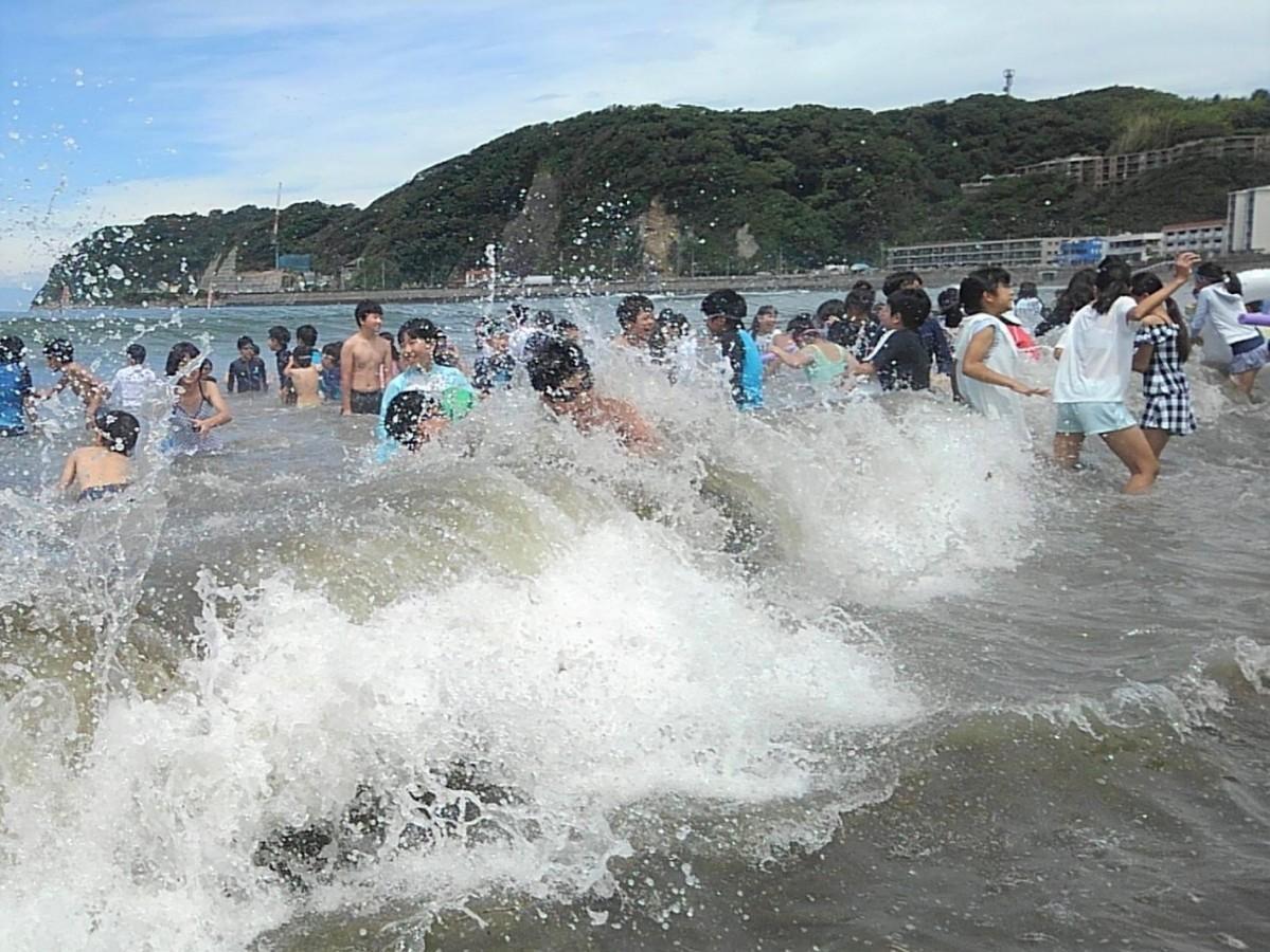 カウントダウンの合図とともに一斉に海に入る小学生たち