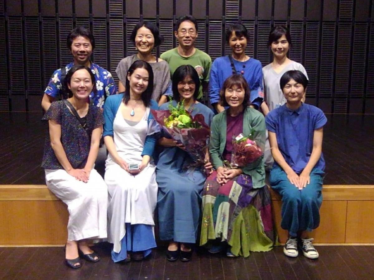 (前列中央)真弓紗織さんをスタッフが囲んで記念撮影。(左隣)主催者の1人で企画を発案した根岸曜子さん