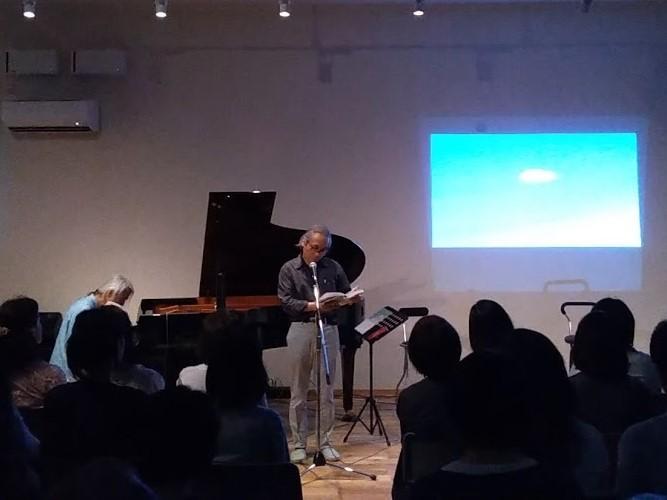 ウォンさんによるピアノ演奏をバックに自作の詩を朗読する葉さん(提供=T&T)