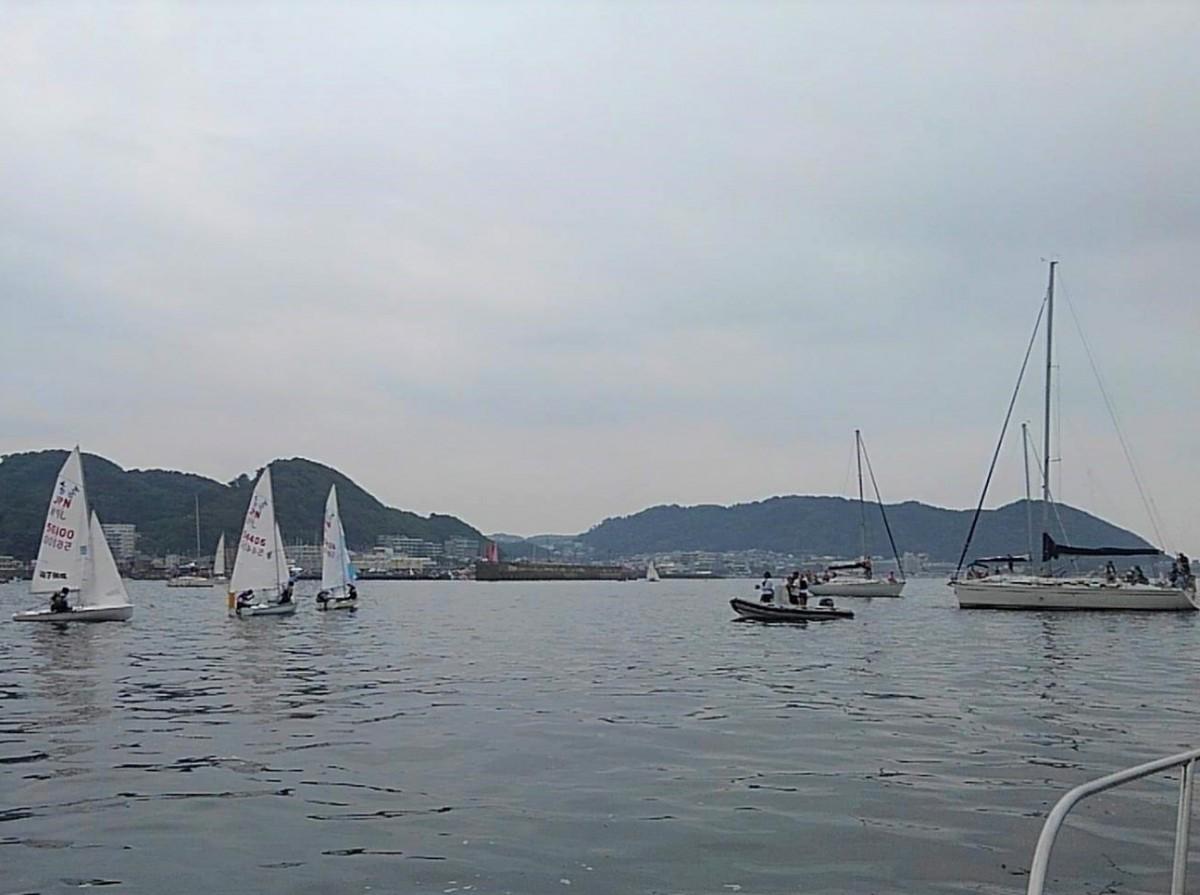 葉山港沖で行われた模擬レースをボート上から応援する町民
